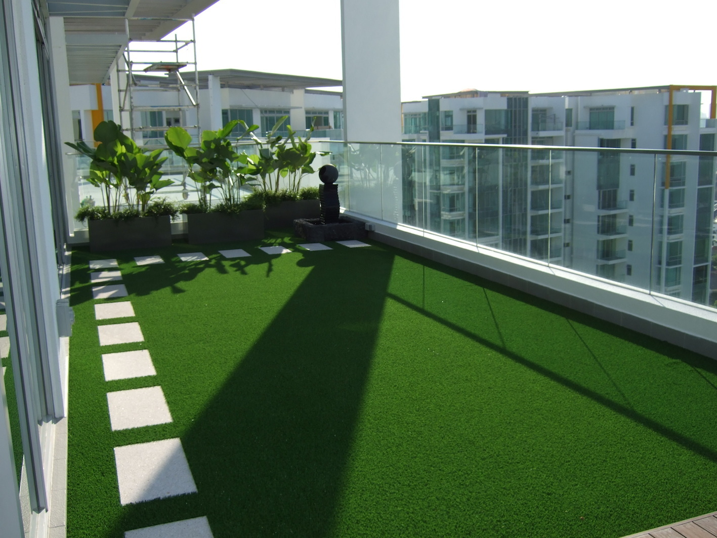 Balcony and terrace wishaw grass - Terraza con cesped artificial ...